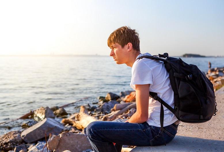 Ung mann ved sjøen. (Illustrasjonsfoto: colourbox.com)