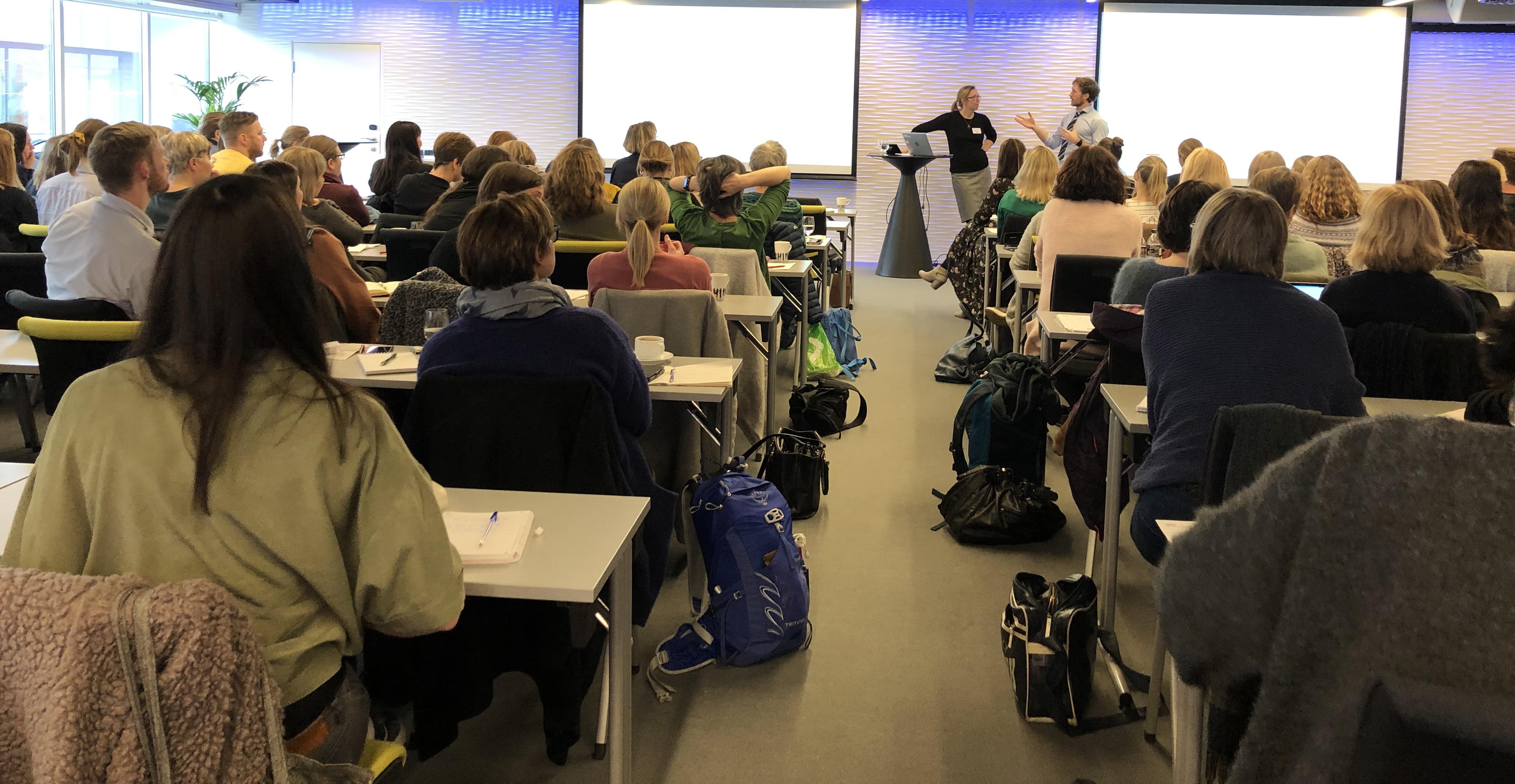Per Hellevik og Helene Flood Aakvaag foreleste om digital vold og skam for en sal fullsatt av traumeterapeuter og forskere.